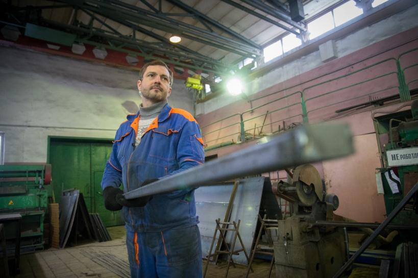 Специалисты электромонтажного участка ООО «ДГХ» производят снегозадержатели для коломенских крыш