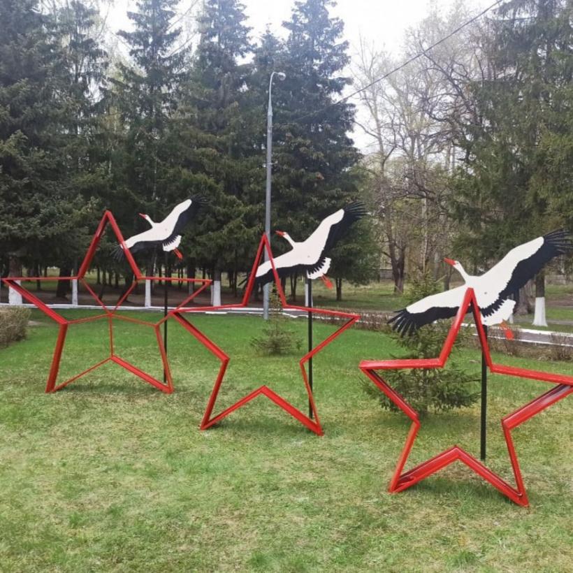 История алых звезд возле мемориала озерчанам, погибшим в годы Великой Отечественной войны